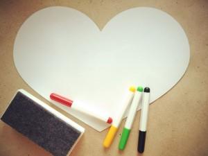 Белая магнитная доска на холодильник «СЕРДЦЕ» (35 X 27 см) Оставлять приятные слова для любимых и близких, признаваться в любви каждый день. Отличный подарок для влюбленных или молодожёнов